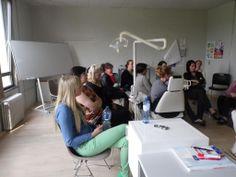Simulant van het rode kruis op bezoek bij de dentaaltechniekers | SYNTRA Limburg | Uw opleiding, onze zaak