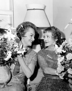 secondhandroses:  Olivia De Havilland, Bette Davis with the floral gifts they exchanged on the first day of shooting, September 17, 1964