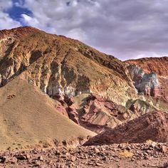 O #ValleDelArcoiris no #Atacama é composto por montanhas de diversas cores originárias de erupções vulcânicas e rochas ricas em diferentes materiais cada um com sua cor dominante por exemplo as rochas verdes são ricas em óxido de cobre as vermelhas têm uma alta concentração de argila as amarelas tem muito enxofre e as brancas possuem diversos sais em especial o lítio.  #CDVTripAtacama #ComerDormirViajar #sanpedrodeatacama #chile #loucospeloatacama #desertodoatacama #desert #atacamadesert…