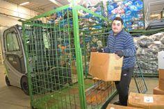 07 – Das ist Herr Erciez. Herr Erciez holt die geschlossenen Kartons aus der Gitterbox.
