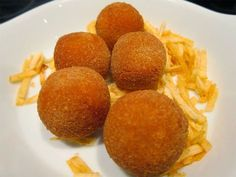 Imagen: www.cosasdecome.es Vamos a preparar 24 croquetas Necesitamos Salmorejo ( de remolacha, tomate, ...) 100 - 150 g... No Cook Appetizers, Appetizers For Party, Vegetarian Recipes, Snack Recipes, Snacks, Croquettes Recipe, Fusion Food, Yummy Food, Tasty