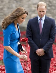 The British royals visit the Tower of London to commemorate the 100th year anniversary of Britain's involvement in World War I. (Aug. 4, 2014)