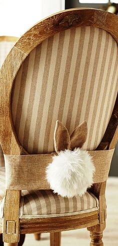 A CADEIRA DO COELHO | Com criatividade e uma faixa de tecido,você faz a festa na decoração de Páscoa.Simples não é? Nós adoramos a idéia! #inspiracao #decoracao #pascoa #DIY #SpenglerDecor