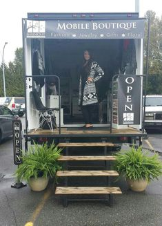 InsideOut Mobile Boutique Source by ezogelin Boutique Mobiles, Boutique Decor, Boutique Fashion, A Boutique, Boutique Ideas, Truck Store, Mobile Fashion Truck, Mobile Business, Mobile Shop