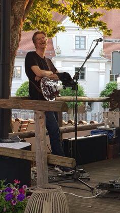 im Biergarten Munding in Krumbach am 31.07.2020 - Michael Maiser an der Gitarre Rock Bands, Outdoor Decor, Best Music, Beer Garden, Guitar