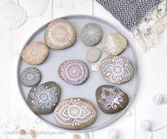 In unserem Sommer DIY zeigen wir euch wie ihr hübsche Mandalas auf Steine malen könnt und noch etwas Tolles gewinnen könnt. Craftyneighboursclub.com