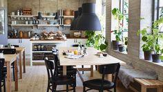 Frühstückszimmer in einem B&B eingerichtet u. a. mit NORDEN Ausziehtischen in Birke, NORDEN Tisch in Birke, IDOLF Stühlen in Schwarz, NORDEN Bank in Birke, HEKTAR Hängeleuchten und STENSTORP Kücheninsel weiß/Eiche mit vielen Frühstücksutensilien
