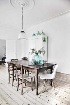 Hot Design Trend: Mismatched Dining Room Chairs | InteriorCrowd www.interiorcrowd.com/blog