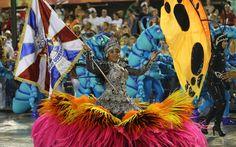 Porta-bandeira da União da Ilha, durante desfile na Sapucaí