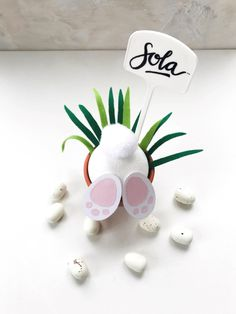 Quick and easy Easter DIY as a table decoration for the Easter brunch crafts crafts potter crafts glue gun crafts Diy Flowers, Paper Flowers, Flower Crafts, Simple Table Decorations, Holiday Break, Wine And Beer, Washi Tape, How To Make Paper, Flower Making