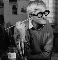 English pop artist, printmaker, stage designer, and photographer David Hockney in his Bayswater studio just after Jonathan Cape published 72 of his drawings in book form, November (Francis Goodman/Getty Images) Most Popular Artists, New Artists, Great Artists, Famous Artists, British Artists, David Hockney Art, Pop Art Movement, Tate Gallery, Arte Pop