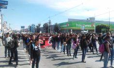 Y la marcha avanza ya por la 31, llegando al 11 sur, a unos metros de alcanzar Medicina BUAP #puebla #ayotzinapa