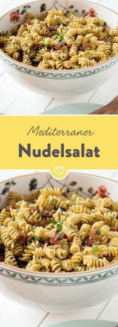 Fusilli, Oliven, getrocknete Tomaten, Kapern und Parmesan werden mit leichtem Balsamico-Öl-Dressing zum passenden Nudelsalat für Italien-Fans.