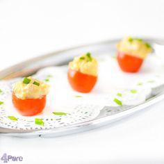 Tomaten gevuld met eiersalade  Hartig, romig en makkelijk te maken. Uitgeholde tomaatjes gevuld met zelfgemaakte eiersalade. Een lekker en budgetvriendelijk hapje.
