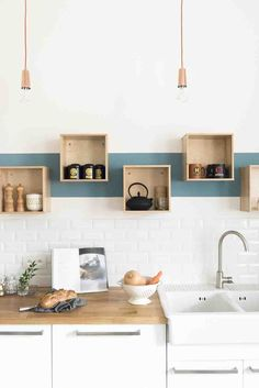Rénovation décoration maison bourgeoise - Fusion D / Storage for the kitchen / Kitchen organizer / Küchenregale Kitchen Interior, New Kitchen, Kitchen Dining, Kitchen Decor, Kitchen White, Kitchen Ideas, Stylish Kitchen, Kitchen Wood, Decorating Kitchen
