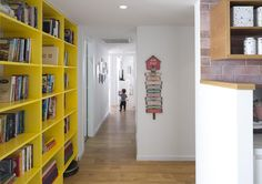 המטבח, המסדרון, חדרי הרחצה וחדר השינה בדירה שלפניכם הוגדלו משמעותית על ידי תכנון טוב יותר של דירת קבלן סטנדרטית, והעיצוב הצבעוני הוא הדובדבן שבקצפת, אשר הפך אותה לבית ייחודי ומשפחתי