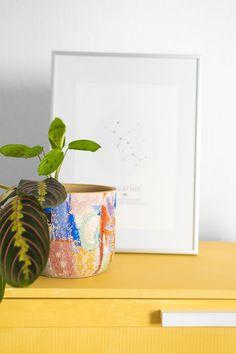Un macetero lleno de color es la mejor manera de conservar en casa un trocito de verano durante todo el año. Coloca nuestro macetero en el mueble de la entrada, en la cómoda del dormitorio o en una mesa del salón. El resultado será de lo más alegre.Esta pieza por sí sola es muy decorativa y pondrá en valor la planta que coloques en ella. Si necesitas otros tamaños o jarrones del mismo estilo, la colección MARRAKECH te va a encantar.  #planter #maranta #macetero #rderoom Marrakech, Planter Pots, 72 Hours, Home, Vases, Bedroom, Entryway, Summer Time, Plants