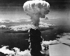 Voici une photo du bombardement de Nagasaki . Ceci est très important car il est fondamentalement l'idée principale du livre. Si il n'y avait pas le bombardement de Nagasaki il n'y aurait pas un livre.