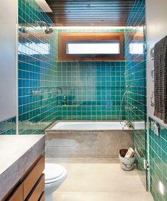 Pastilhas verdes no banheiro. Apesar desta ser a cor do ano, o verde só deve ser usado no banheiro em ambientes bem iluminados, contrastando com piso branco.