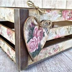Oficina de ideias added a new photo — with Maria Luana Ricarte and Simonica Baptista. Decoupage Box, Decoupage Vintage, Wooden Crates, Wooden Boxes, Wood Crafts, Diy And Crafts, Pretty Box, Altered Boxes, Shabby Chic Style