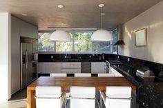 cozinha-grande-bancadas-escuras-bol.jpg (736×490)