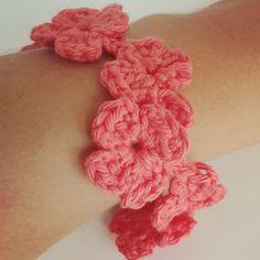pulsera de flores tejida a crochet