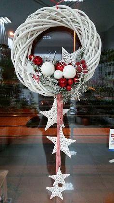 Kúpili len holý kruh z prútia za pár drobných: Keď uvidíte tie úžasné nápady, na prečačkané vence v obchode už ani nepozrite! Christmas Door, Rustic Christmas, Winter Christmas, Christmas Ornaments, White Ornaments, Christmas Swags, Christmas Projects, Holiday Crafts, Theme Noel