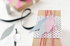 Fácil y Sencillo: DIY - Empaquetado Nórdico con Plumas / Nordic Neon Wrapping with Paper Feathers by www.facilysencillo.es