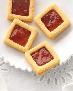 Manchego Crackers with Quince Paste. Sharp, nutty fromage and fruity quince paste . the best of a gourmet cheese plate, in one inspired bite. Martha Stewart, Quince Recipes, Party Recipes, Fruit Recipes, Crackers Appetizers, Wedding Reception Food, Wedding Ideas, Wedding Catering, Wedding Menu