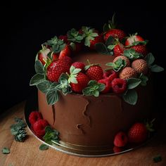 new Ideas cupcakes chocolate strawberry desserts Chocolate Strawberry Desserts, Strawberry Cakes, Cake Chocolate, Chocolate Cake With Strawberries, Strawberry Cake Decorations, Cake Cookies, Cupcake Cakes, Baking Cupcakes, Decors Pate A Sucre