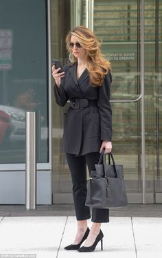 Hope Hicks stands outside of her apartment on Thursday morning just before 10 am, on her way into the office All Black Fashion, Work Fashion, Fashion Photo, Fashion Beauty, Fashion Looks, Fashion Outfits, Business Outfits, Office Outfits, Business Fashion