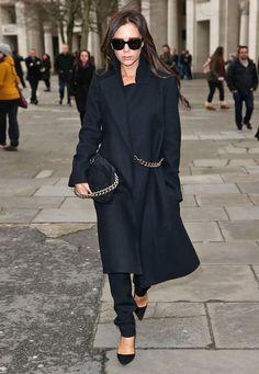 Fashion-Looks: Rita Ora hat ihn, Eva Longoria auch: Victoria Beckhams Wollmantel mit Ketten-Detail ist ein großer Erfolg. Sie selbst trägt ihn auch gern.