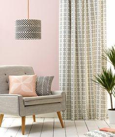 couleur peinture salon rose, déco salon gris, superbe fauteuil, rideau gris à motifs géometriques, simplicité et douceur