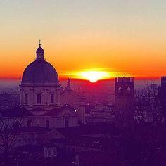 Tramonto di fine anno 🌄🌄 (con lo scatto di @valenta9029)😊😊 #sunset #sunrise #sun #sunsetporn #pretty #beautiful #red #orange #pink #sky #skyporn #cloudporn #nature #clouds #horizon #photooftheday #instagood #primeshots #gorgeous #warm #view #night #sunrays #morning #silhouette #instasky #all_sunsets#movingculturebrescia#atlantediviaggio