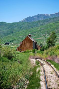 Heber City, Utah Summer of 84 I played on the Heber Creeper. There used to be an old Owl that would hide in that barn. Country Barns, Old Barns, Country Life, Country Roads, Country Living, Cabana, Heber City, Ferrat, Farm Barn