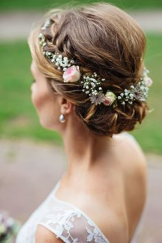 Bridal hair with spray roses Wedding hairstyles with flowers are the final compliment to a perfect wedding dress. They can rage from a simple fresh flowers to intricate hair pieces with Wedding Hair Flowers, Wedding Hair Pieces, Wedding Hair And Makeup, Wedding Hair Accessories, Flowers In Hair, Hair Makeup, Fresh Flowers, Wedding Dresses, Bride Makeup