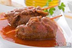 Receita de Bife à rolê da vovó, em Carnes, ingredientes: 1 cenoura cortada em tiras, 50grs de bacon cortado em tiras, 4 tiras de linguiça calabresa, 4 bifes de coxão duro, 2 cebolas fatiadas, 2 colheres (sopa) de óleo, 2 dentes de alho amassados, Sal e pimenta do reino a gosto, 1 tablete de caldo de carne, 1 xícara (chá) de água, 2 tomates picados, 2 colheres (sopa) de cheiro verde picado...