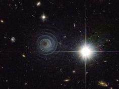 Linha D'Água Imagens Astronômicas: Uma Nebulosa Incomum e Uma Galáxia Anêmica