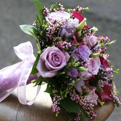 Varm og eksklusiv brudepigebuket i lilla nuancer
