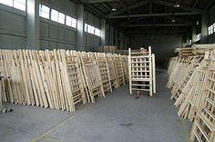 Estructuras de cunas infantiles en una carpintería