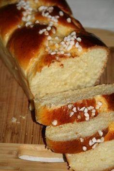 BRIOCHE FACILE. 260g de farine T45, 50g de sucre en poudre, 1/2 càc de sel fin, 10cl de lait tiède, 10g de levure fraîche de boulangerie, 1 œuf, 40g de beurre fondu, 1 jaune d'oeuf et du sucre pour le dessus.