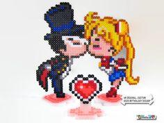 He encontrado este interesante anuncio de Etsy en https://www.etsy.com/es/listing/208393542/sailor-moon-tuxedo-mask-anime-pixel-art
