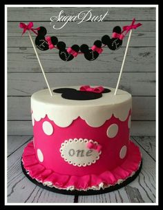 Simple vibrant Minnie cake with minnie bunting flags. Baby Cakes, Girl Cakes, Cupcake Cakes, Custom Birthday Cakes, 1st Birthday Cakes, Minnie Birthday, Birthday Parties, Minni Mouse Cake, Bolo Mickey E Minnie
