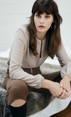 Fashion Trend Nomcore. Top und Hose LOUIS VUITTON, Ohrring MARION GODART, Strümpfe FALKE.