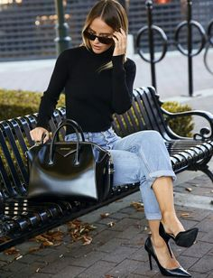 Pull col roulé noir + jean mom bleu délavé roulotté sur la cheville + escarpins noirs = le bon mix