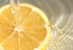 Není nic lepšího než vypít sklenici citronové vody bezprostředně po probuzení. Tento nápoj uklidňuje žízeň, má lahodnou, osvěžující chuť a našemu tělu poskytuje celou řadu výhod. Voda s citrónem dodává tělu všechny nezbytné vitamíny a živiny. Pokud chcete zlepšit své zdraví a zvýšit svou energetickou hladinu, měli byste denně pít citronovou vodu. Jste připraveni to …