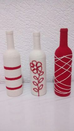 **garrafas encapadas com barbante** Glass Bottle Crafts, Wine Bottle Art, Painted Wine Bottles, Diy Bottle, Bottles And Jars, Glass Bottles, Bottle Centerpieces, Altered Bottles, Bottle Painting