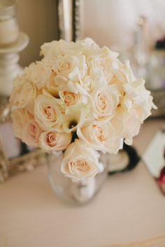 We love creating white bouquets! www.floravidaevents.com Planning & Design: @Sweet + Crafty | Nariné Birindjian