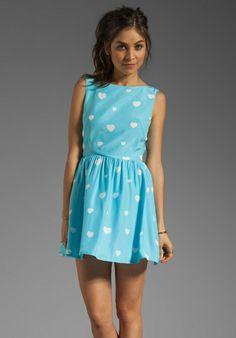 RACHEL ANTONOFF Zooey Heart Dress en Light Blue & White chez Revolve Clothing - Livraison gratuite!
