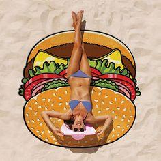 ジャイアントハンバーガータオルケット ブランケット 毛布 タオルビーチ プール ハンバーガー タオルケット レジャーシート ゴザ ござ ピクニック バーガー ラージ Xラージ ジャイアント 巨大 トッピング バスタオルハンバーガー好きのマストアイテム!直径1.5m超えの大好きなハンバーガーに包まれて至福の時間をどうぞ♪これならピーチやプールサイドでの注目度も抜群!タオルケット/ブランケット、レジャーシート、大きなバスタオルとして自由に楽しく使ってください。表側はサラッとした手触りの生地で裏側はタオル生地です。見ているだけでお腹が空くかもしれませんので、ダイエット中の方はご注意を!■ サイズ: 直径約154cm■ 重量: 約400g(パッケージを含む約510g)■ 素材: マイクロファイバー ポリエステル100%■ パッケージあり(パッケージサイズ: 約27.0cm x 約26.0cm x 約4.8cm/手提げ紐部分約25cm)■ スタイル/用途: ブランケット 毛布 タオルビーチ プール ハンバーガー タオルケット レジャーシート ゴザ ござ ピクニック バーガー ラージ…